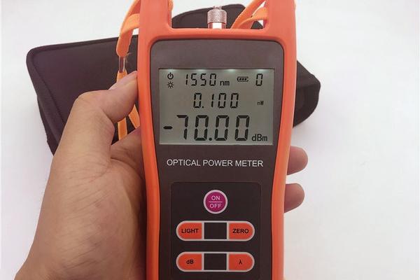 Dämpfungsmessgerät in der Hand eines Netzwerktechnikers